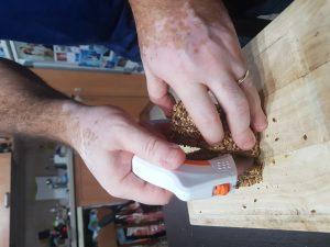 ערוץ הקניות משיק את סכין החדשה בייבוא בלעדי, המקלה על פעולת החיתוך בזכות ארבעת הלהבים השונים המגיעים איתה. הסכין באה במגע מלא עם האוכל ומסתובבת עד ל360 מעלות בחיתוך, מה שמקל על הפעולה ומזרז את זמן החיתוך. הלהבים עשויים פלדת אל חלד ולכן הם חדים במיוחד, וניתן לחתוך מכל סוגי המרקמים החל מעגבנייה רכה ועד לבשר קשה