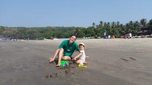 רגעים קטנים של אושר (וחוכמה) – התפתחות מוטורית ומשחק בחול